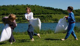 Spielende Kinder auf dem Campingplatz am Ufer des Schalkenmehrener Maares