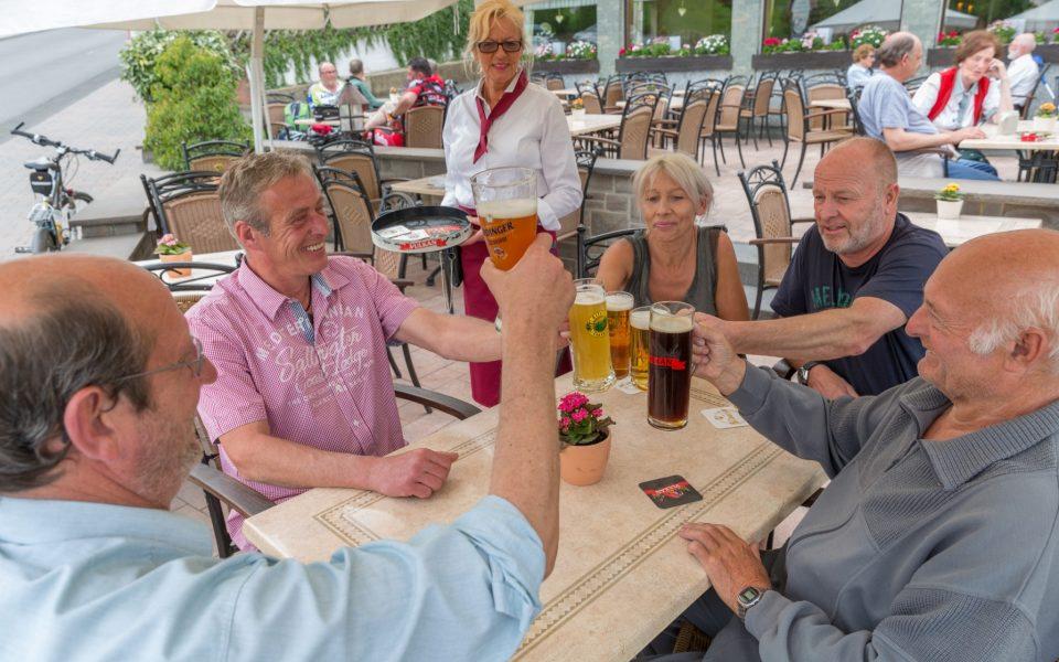Gästegruppe feiert auf unserer großen Außenterrasse