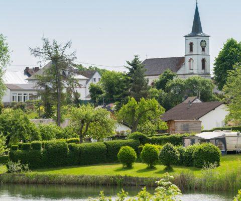 Schalkenmehrener Kirche und Campingplatz