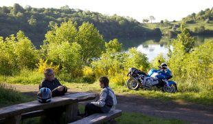 Vater und Sohn bei einer Motorradtour am Schalkenmehrener Maar