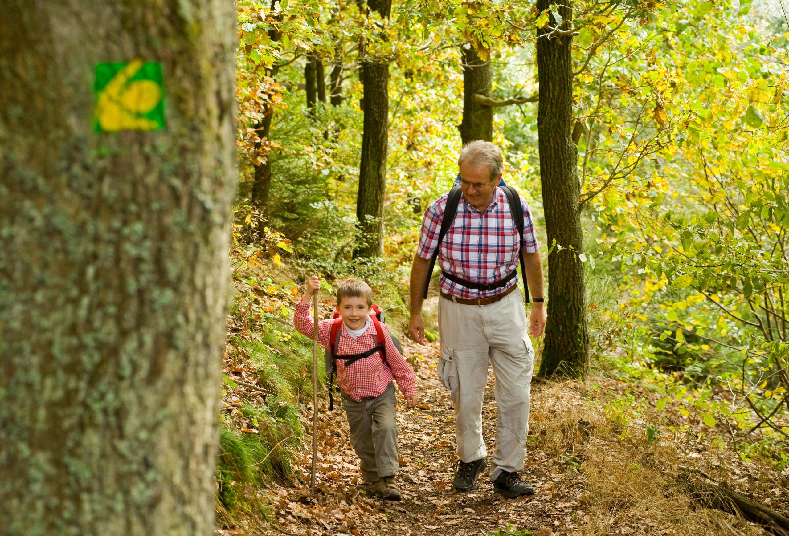 Opa und Enkel auf dem Eifelsteig