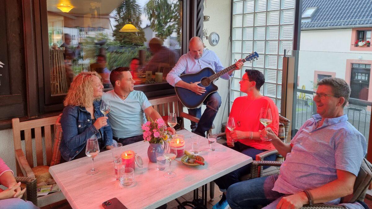 Gäste musizieren auf der Terrasse mit unserer Gästegitarre